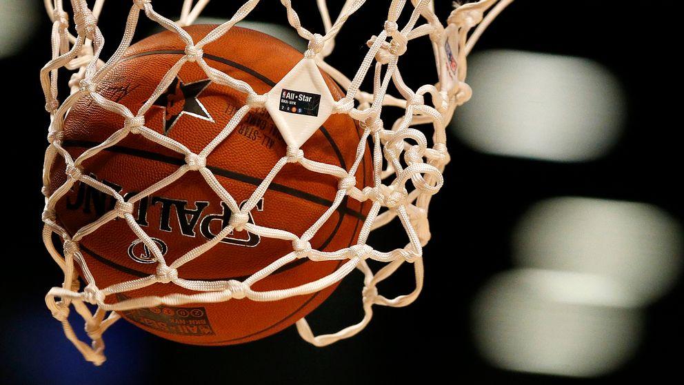 En basket boll på väg genom korgen.