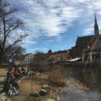 Många Uppsalabor har sökt sig till Fyrisån i det varma vårvädret.
