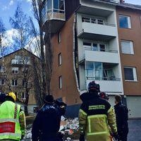 Räddningstjänst framför rasad fasad.
