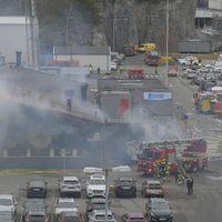En stor brand rasar på Volvo Cars i Torslanda under tisdagsförmiddagen.