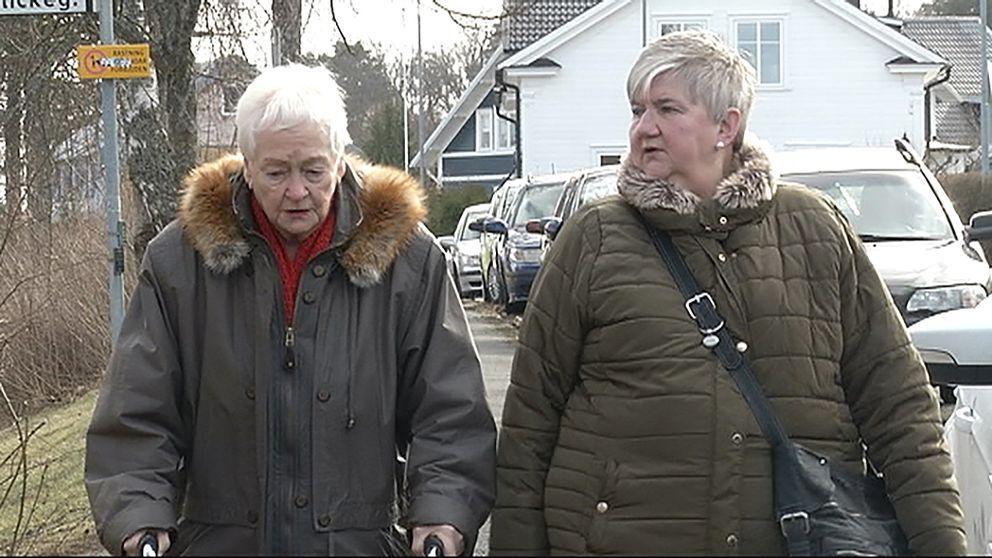 Elsa Carlsson och Rose-Marie Gunnarsson promenerar.