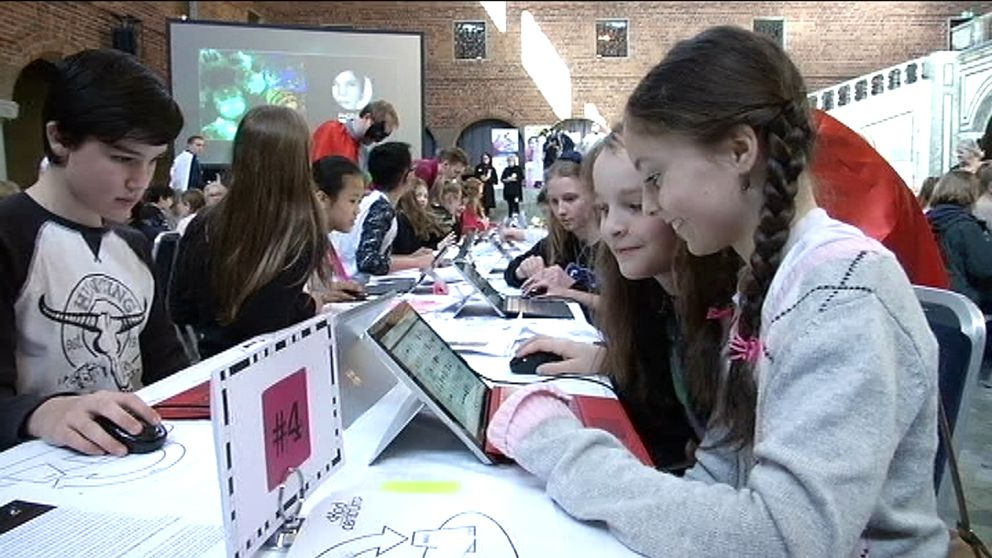 Flickor som sitter vid en dator