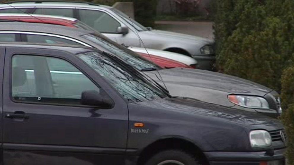 bilar på parkering