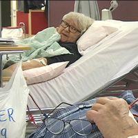 äldre kvinna och man i sjukhussängar