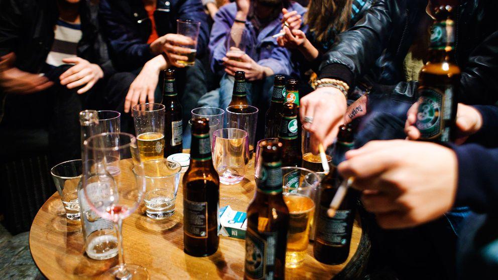 Personer som dricker alkohol på krogen.