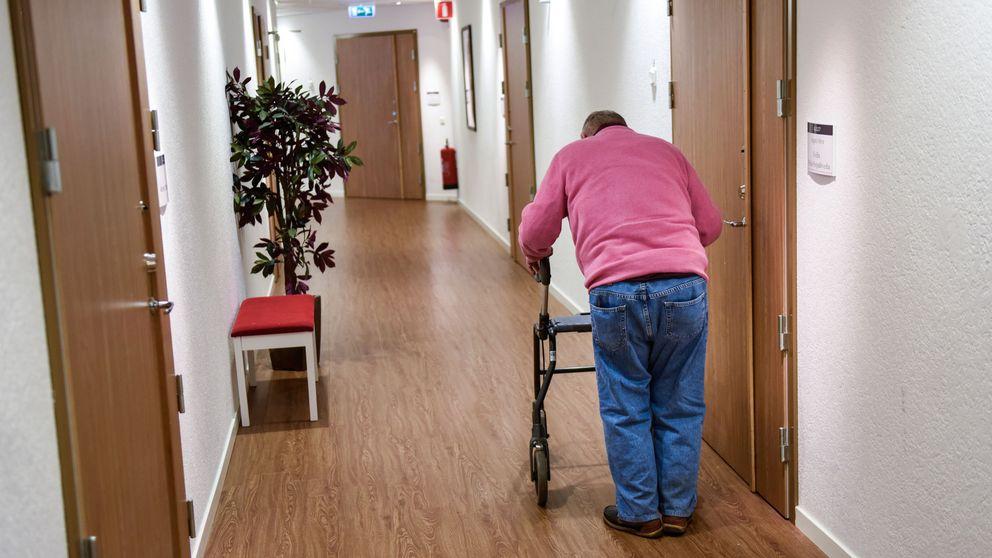 Äldre man i korridor