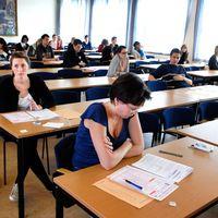 Folk i en sal, skriver högskoleprov