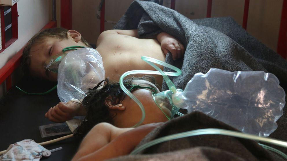 Barn får behandling efter en misstänkt giftgasattack i Khan Sheikhun i Idlibprovinsen.
