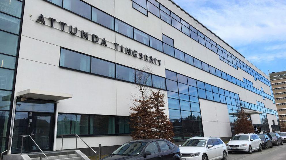 Hovrättsförhandlingen i mordet i Långshyttan fick flyttas från Svea hovrätt till Attunda tingsrätt på grund av platsbrist.