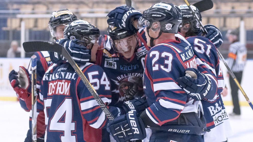 Ishockeyspelare jublar på isen