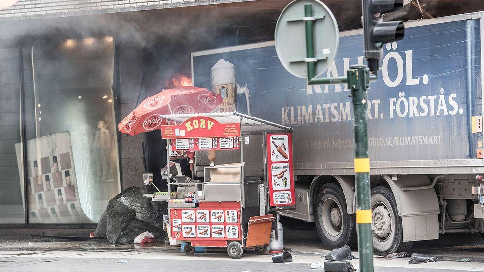 Efter attacken kablades bilder på korvvagnen bredvid lastbilen ut i hela världen.