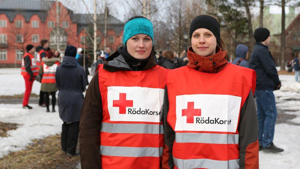 Ljusmanifestation i Döbelns park, Umeå, efter terrordådet i Stockholm. Röda korset