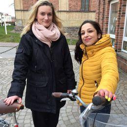 två tjejer med cykel