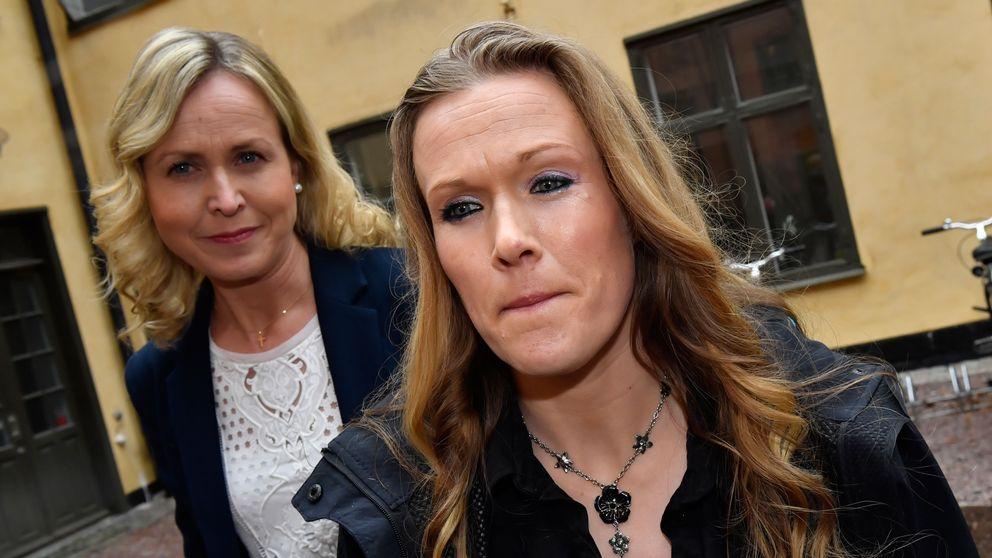 Barnmorskan Ellinor Grimmark (t.h.) och hennes juridiska ombud Ruth Nordström (t.v.) står på en innergård.