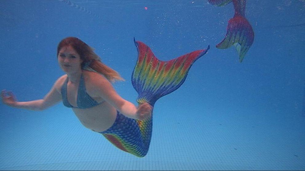 Emma berättar om varför hon gillar att simma som en sjöjungfru.