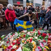 svensk flagga, blommor människor på drottninggatan