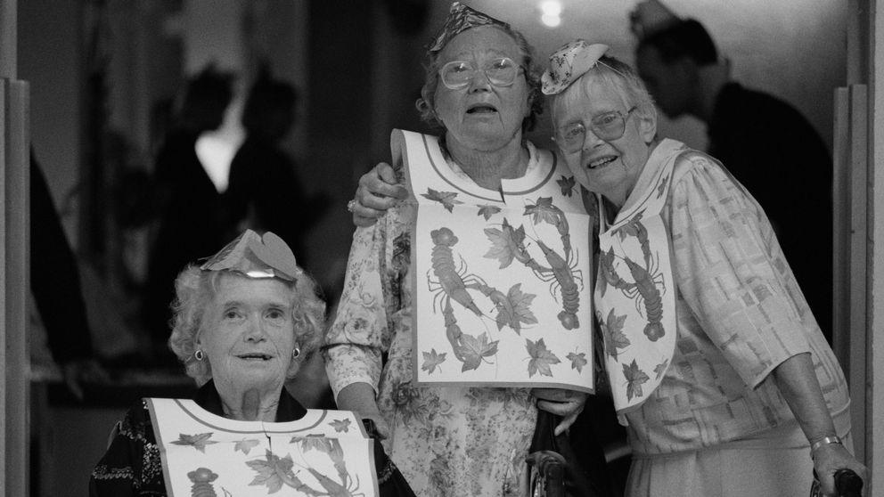 Kvinnorna på äldreboendet på Söder i Stockholm har kräftskiva.