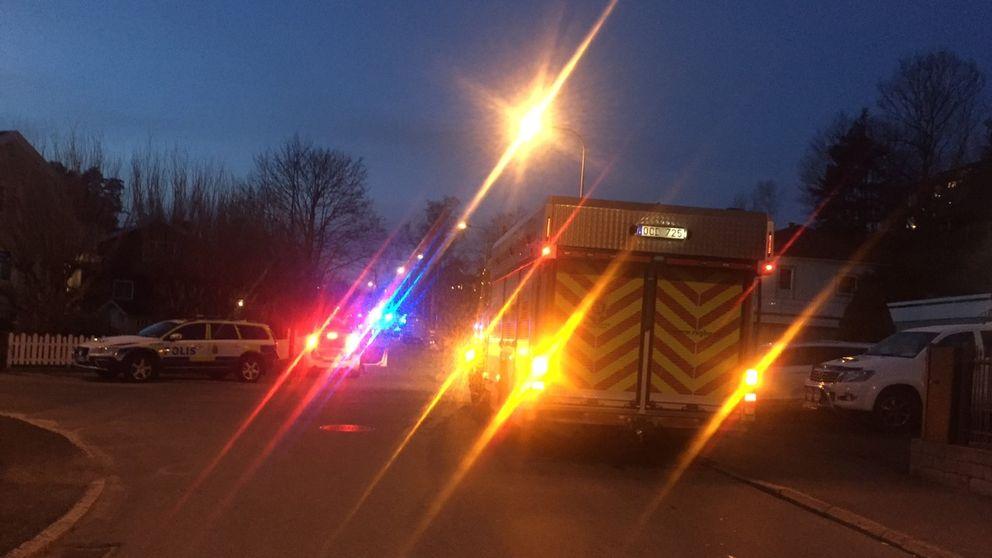 Enligt polisen handlar det om en bilist som kört in i en villaträdgård och vars fordon därefter börjat läcka metangas.