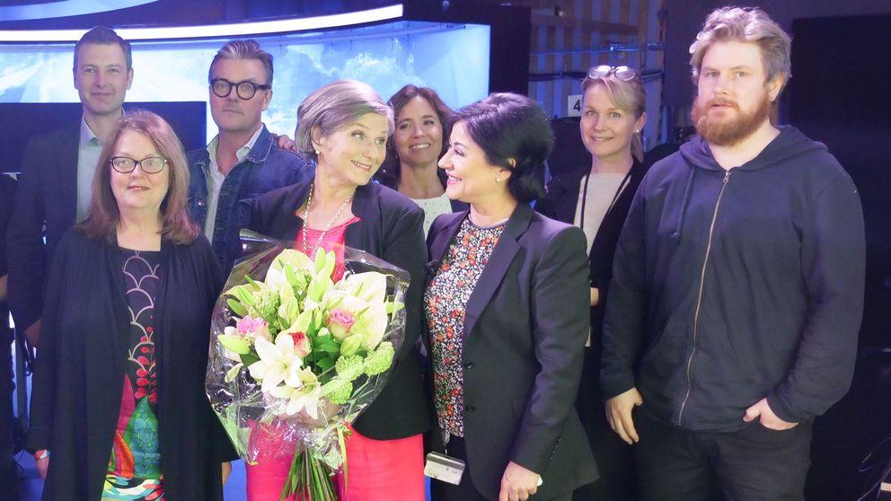 Helen Tronstad tackas av efter sin sista Rapport-sändning av SVT-kollegorna.