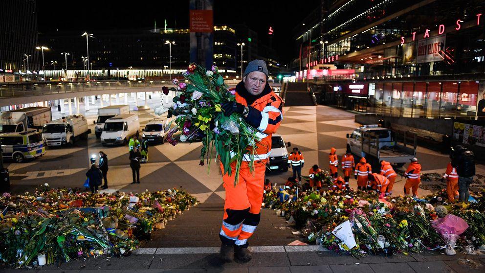 Man som plockar bort blommor.