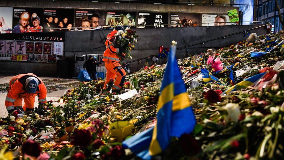 Blommor plockas bort från Sergels torg.