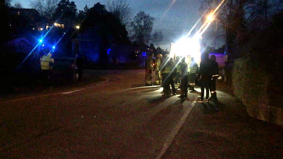Den gasdrivna skåpbil som kört av vägen i ett villaområde på Hisingen i Göteborg ska bärgas. Specialister har varit på plats och stängt av fordonets tankar så att den inte längre läcker gas.