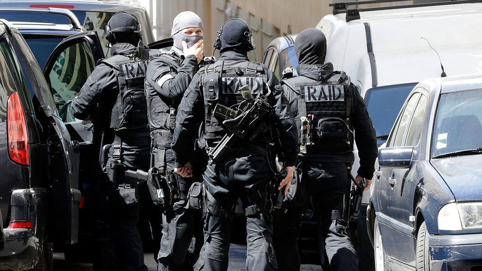 Polisens insatsstyrka genomför en husrannsakan i Marseille.