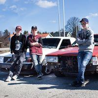 """Några av ungdomarna som gillar att köra så kallade """"strögrundor"""" i Heby."""
