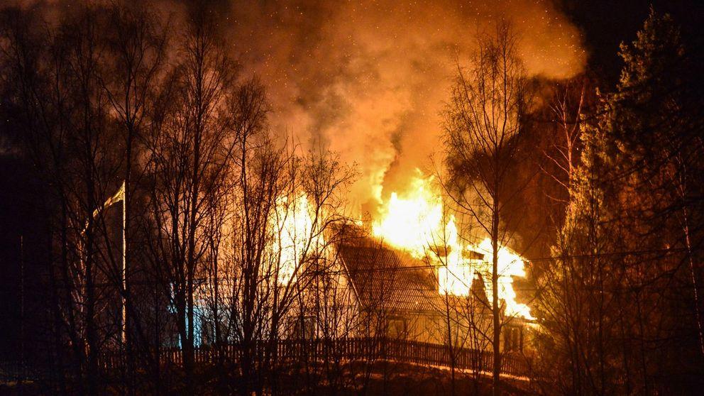 Ett brinnande hus.