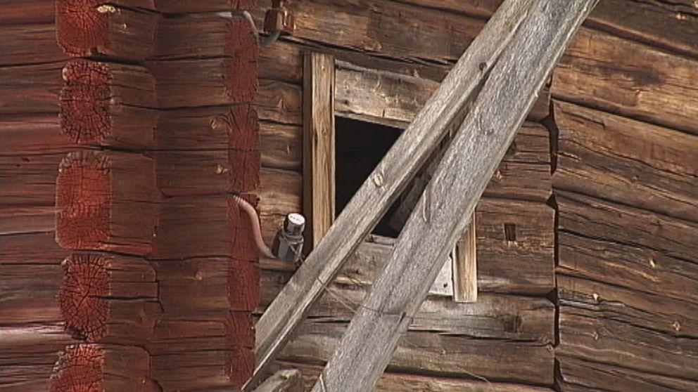 Fönsterglugg på gammal lada