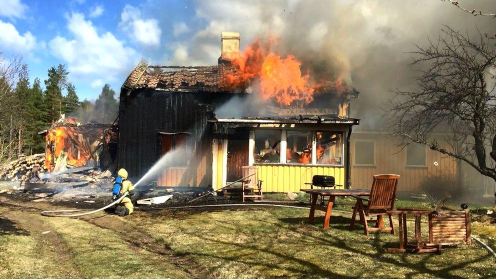 Här försöker räddningstjänsten begränsa villabranden i Glava.