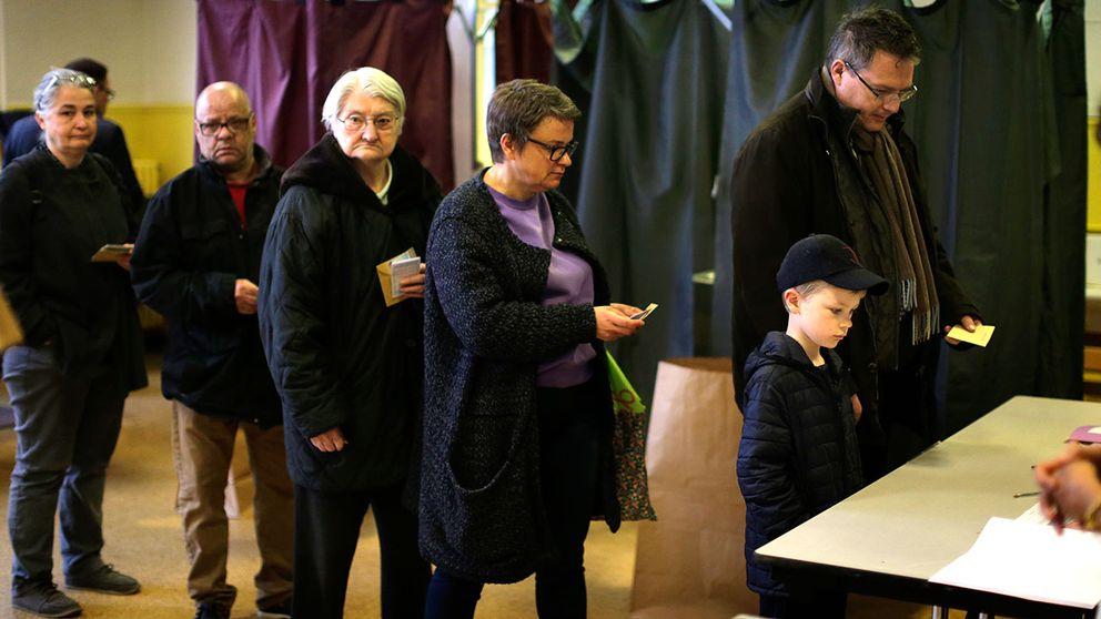 Det var kö utanför vallokalerna i Paris när de öppnade vid 8. Presidentvalet i Frankrike är viktigt inte bara för fransmännen, utan för hela Europa.