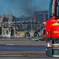 Två byggnader drabbades av en kraftig brande i västra Falkenberg. Den ena byggnaden är totalförstörd, i den andra finns en kontorsdel som ska har klarat sig ganska väl.