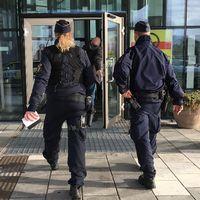 Poliser utanför gymnasiebyn i Luleå