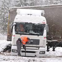 Mellansverige drabbades av snöoväder på måndagen med flera trafikolyckor som följd.