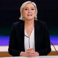 Marine Le Pen meddelade under måndagskvällen att hon tillfälligt kliver av posten som ledare för Nationella Fronten, nu lägger hon istället allt krut på att vinna presidentvalet – vad som händer efter 7 maj återstår alltså att se