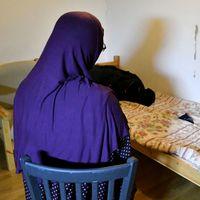 Mamman berättar att polisen gick bryskt till väga när man grep hennes son, misstänkt för inblandning i terrordådet i Stockholm. Bland annat slog polisen upp ett hål i väggen.