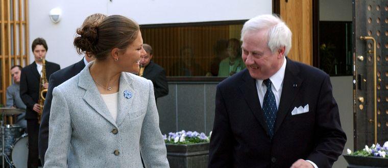 Invigning av Finlands ambassad i Stockholm 2002. Ambassadör Heikki Talvitie hälsar kronprinsessan Victoria välkommen.
