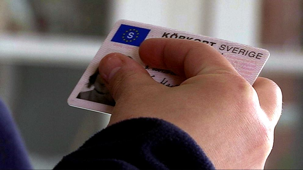 Hand som håller i ett körkort