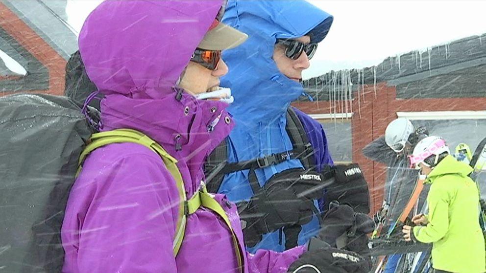kvinna och man i snöyra vid fjällstation