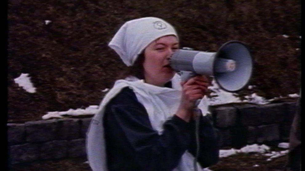 Kvinna med megafon.