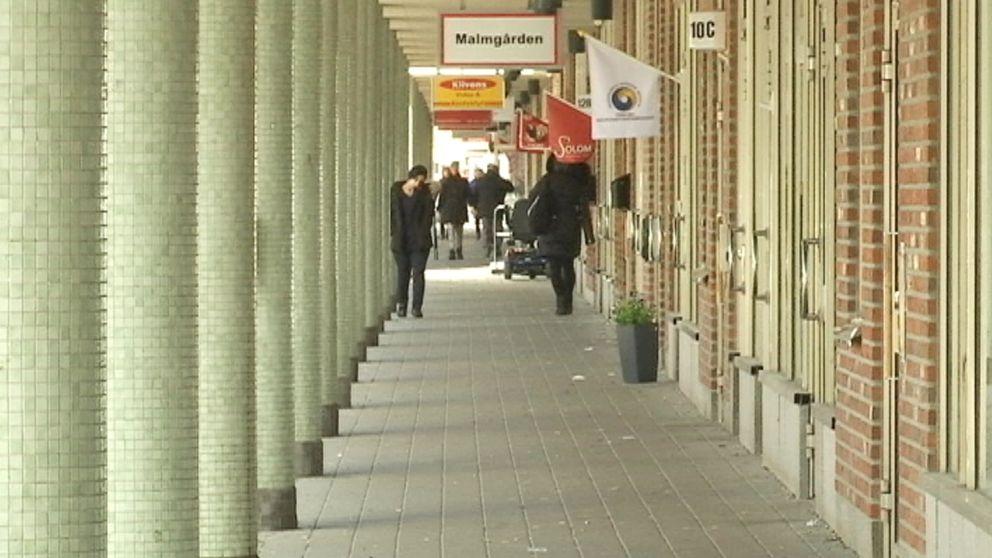 Butiker, gågatan, människor, gröna pelare