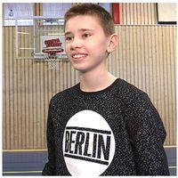 Person skjuter basketboll från mittlinjen och porträtt av ung kille