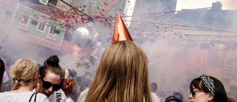 Kvinna i partyhatt på sommarklubben Trädgården under Skanstullsbron i Stockholm.