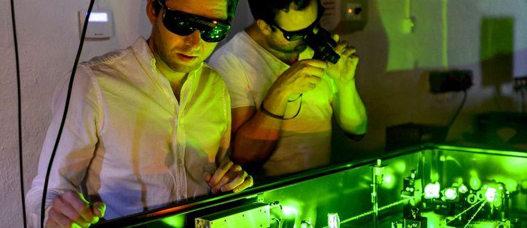 Elias Kristensson och Andreas Ehn i labbet.