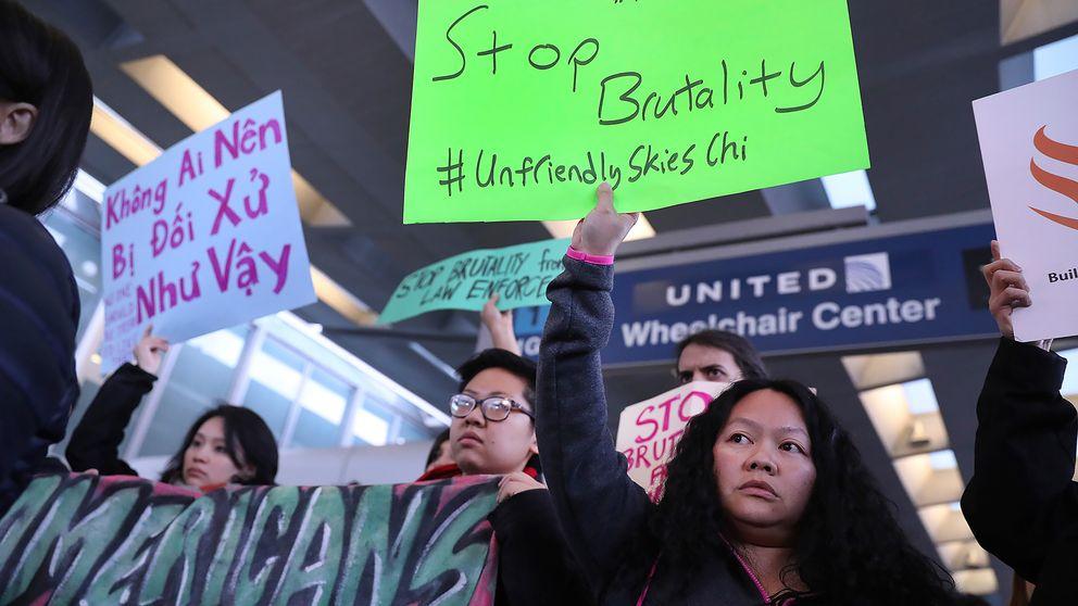 Medlemmar i asiatiska organisationer i Chicago i protest mot United Airlines efter händelsen där en vietnamesisk-amerikansk läkare blev släpad av ett av bolagets plan.