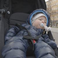 Bror, 7 månader, och hans pappa mäter partikelhalter när de går på sina promenader i Stockholm