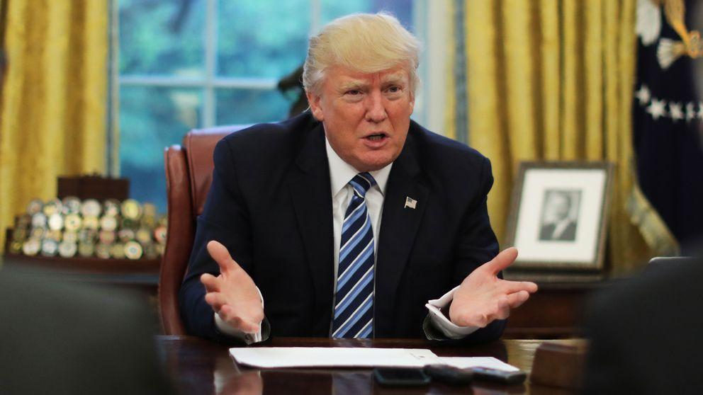 Presidenten sitter och pratar vid ett bord