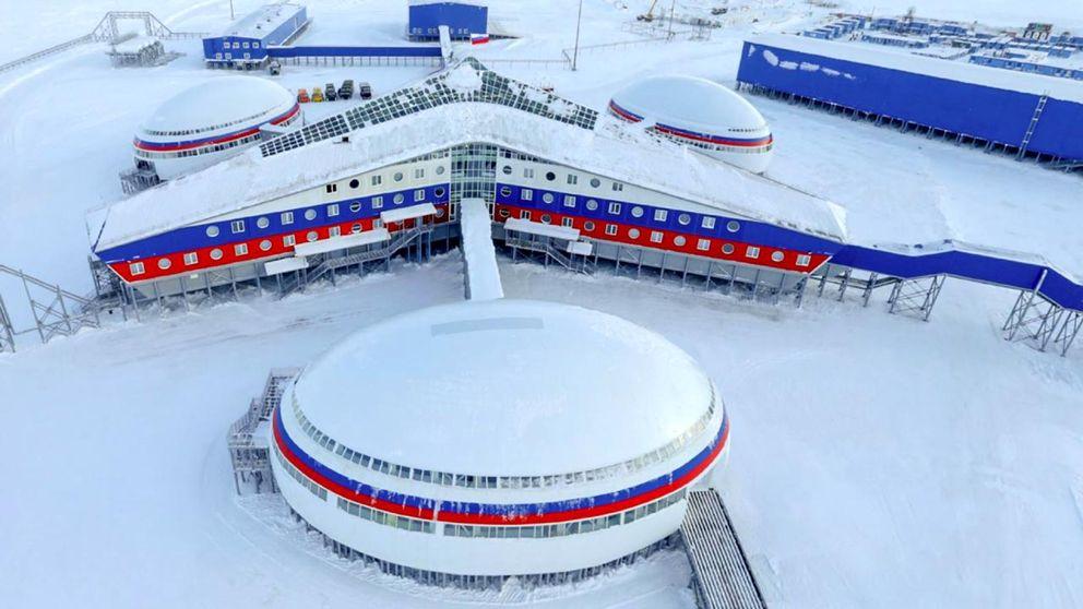 Militärbas i vinterlandskap.