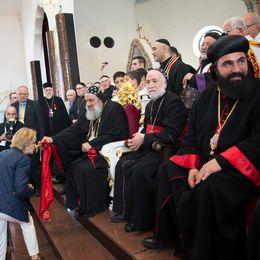 Syrisk-ortodoxa kyrkans högsta ledare, patriark Mor Ignatius Aphrem, på besök i Södertälje. Södertäljebiskoparna Ablahad Gallo Shabo och Benjamin Atas sitter intill. Biskopar.